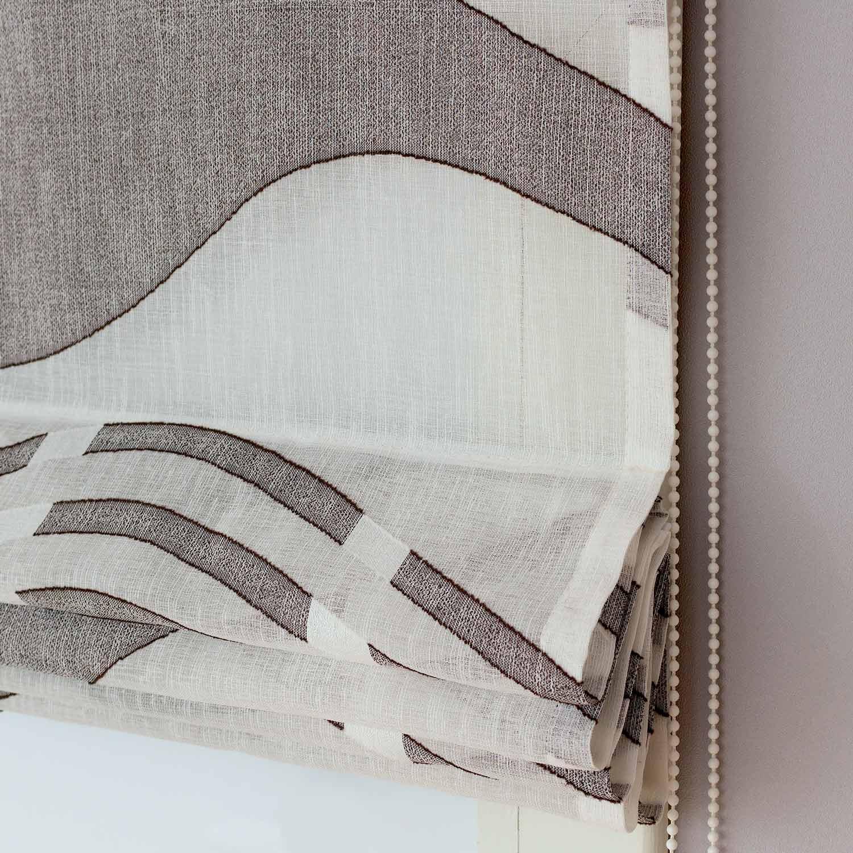 Римские шторы из легкой прозрачной ткани с рисунком коричневого цвета