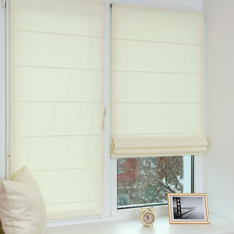 Мини римские шторы белого цвета на пластиковом окне