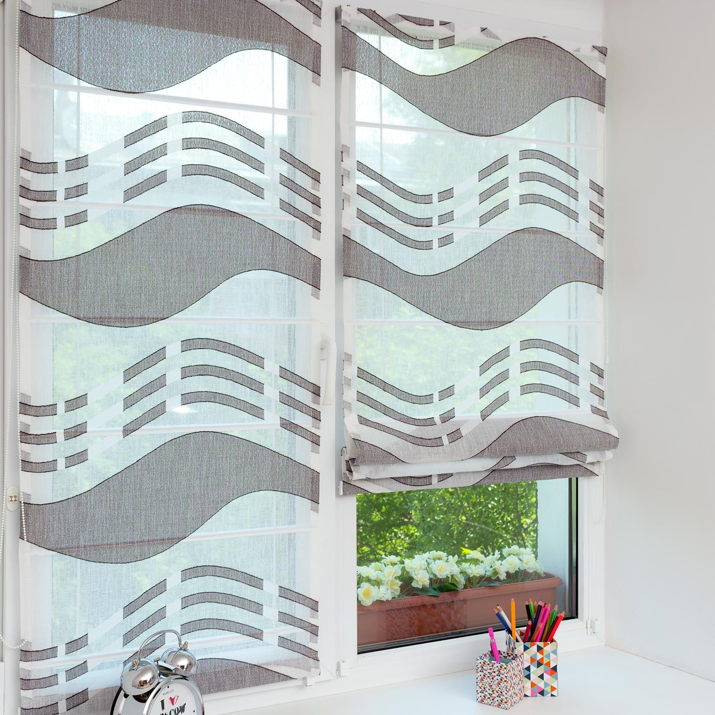 Две красивые мини римские шторы из легкой ткани на пластиковом окне