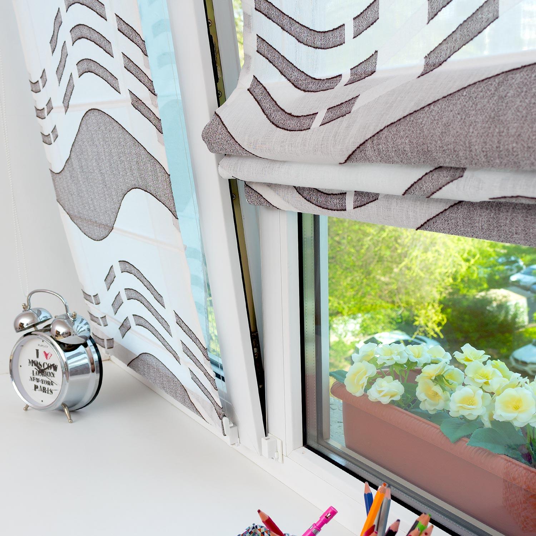 Мини римские шторы из полупрозрачной легкой ткани вместо тюлю на пластиковом окне с установкой без сверления