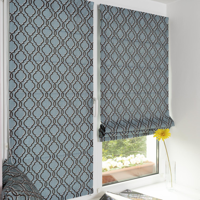 Две мини римские шторы сшитые из ткани с орнаментом арабеска, установленные на пластиковом окне без сверления