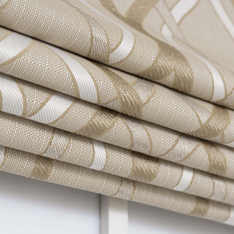 Римские шторы собранные в складки из ткани бежевого цвета