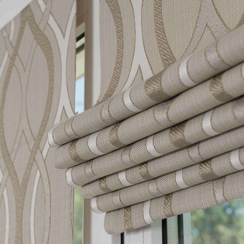 Мини римские шторы установленные на пластиковом окне