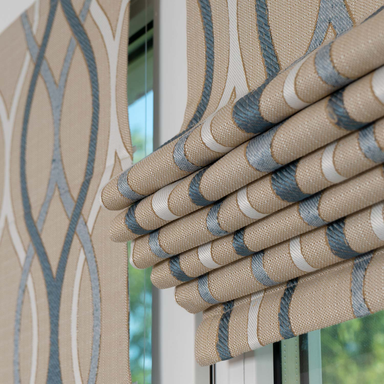 Мини римские шторы на окне собранные в складки