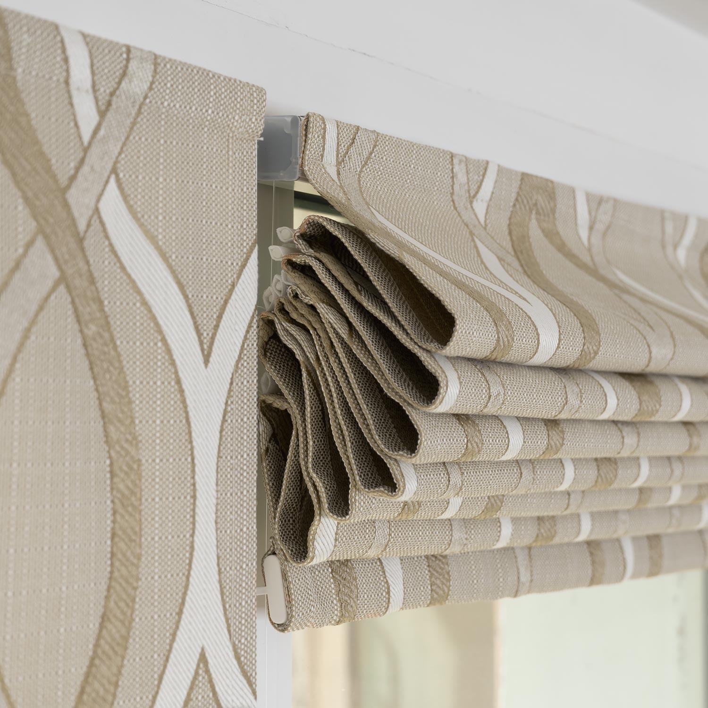 Мини римские шторы собираются в складки на пластиковом окне