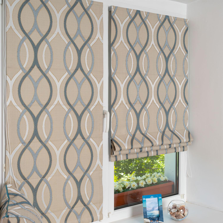 Мини римские шторы бежевого цвета с орнаментом синего цвета на пластиковом окне