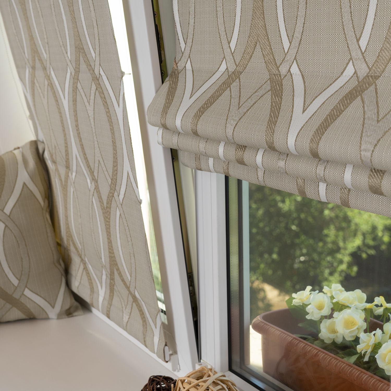 Две мини римские шторы из ткани бежевого цвета и белым орнаментом на пластиковом окне с установкой без сверления