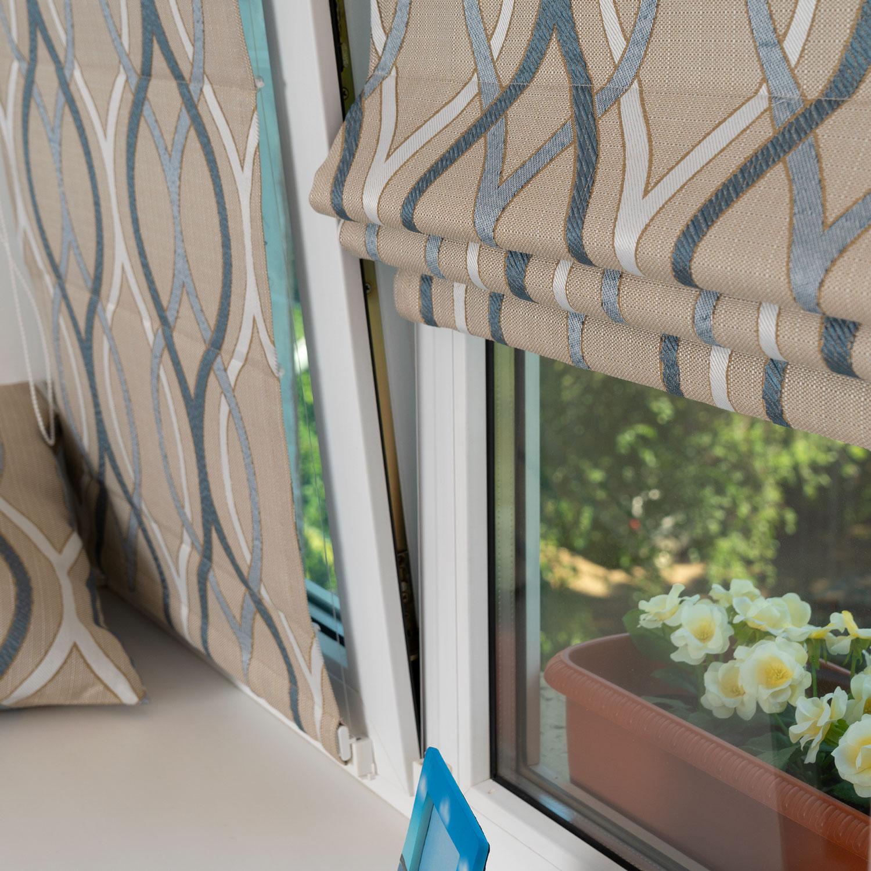 Две мини римские шторы из ткани бежевого цвета и орнаментом голубого цвета установленные на пластиковое окно без сверления